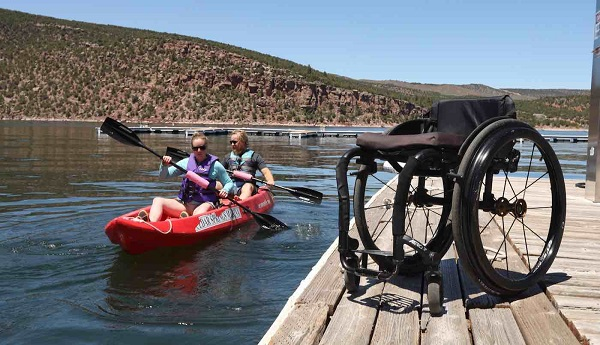 Trên chiếc xe lăn, cô gái khuyết tật chinh phục đỉnh núi cao hơn 4.000m 1