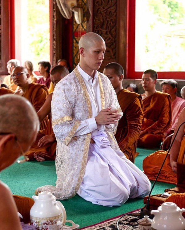 Tor Thanapob khi cạo đầu, thực hiện nghi lễ báo hiếu cha mẹ.