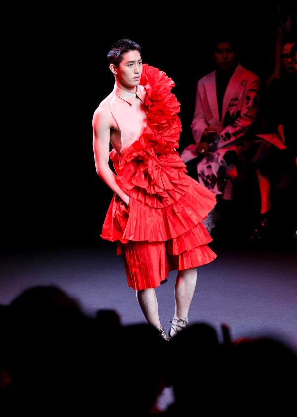 Tóc vừa mọc lại chưa lâu, trai đẹp đóng cảnh nóng sập giường Tor Thanapob đã diện váy lồng lộn đi catwalk 5