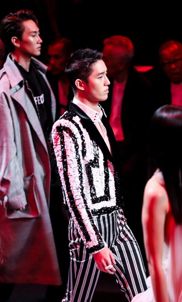 Tóc vừa mọc lại chưa lâu, trai đẹp đóng cảnh nóng sập giường Tor Thanapob đã diện váy lồng lộn đi catwalk 8