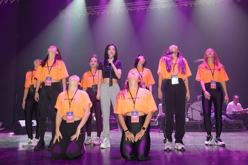 Bích Phương tích cực luyện tập trước giờ G cho show diễn có Mamamoo, Monsta X tại Indonesia 7