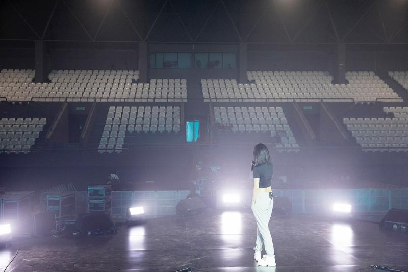 Bích Phương tích cực luyện tập trước giờ G cho show diễn có Mamamoo, Monsta X tại Indonesia 12