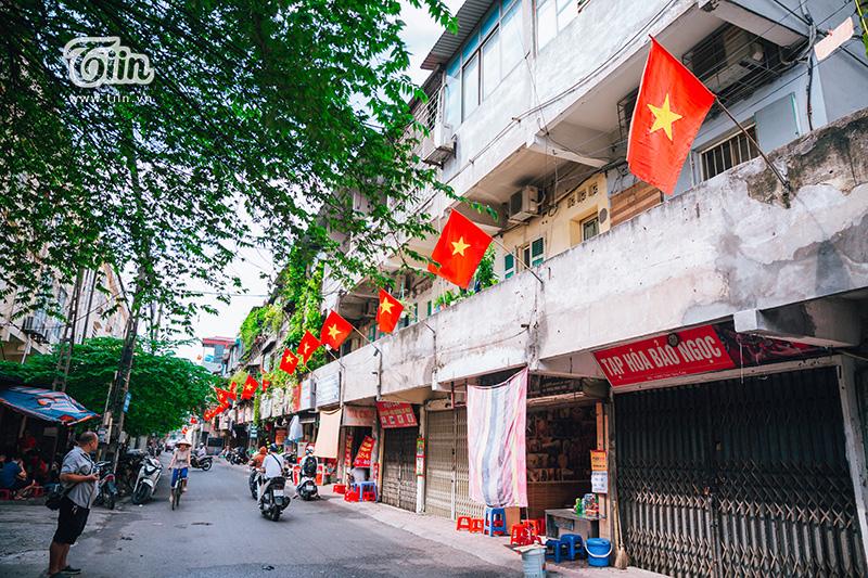 Sáng nay nhiều hoạt động kỷ niệm 2/9 đã diễn ra trên khắp cả nước. Khắp những con đường, ngõ phố ở Hà Nội đều rợp cờ đỏ sao vàng, vừa thiêng liêng, vừa bình yên đến lạ kỳ.