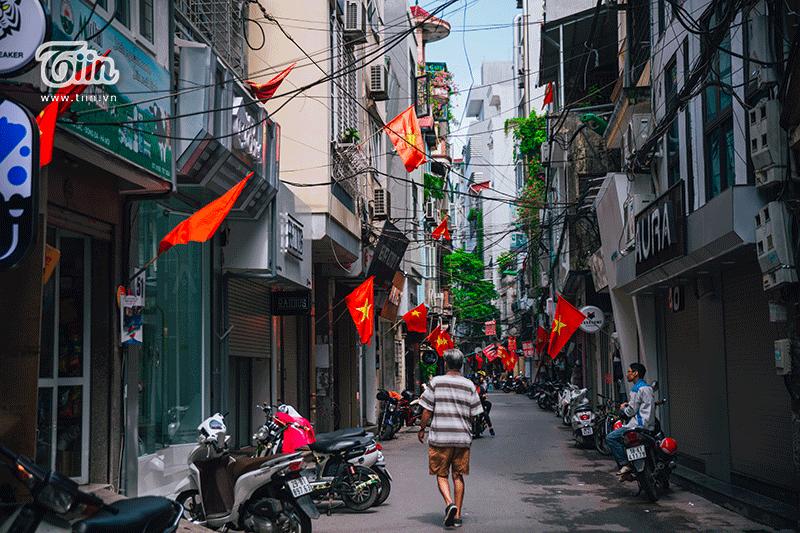 Khắp các đường phố Trần Quý Cáp, Đông Các, Nguyễn Phúc Lai, Láng Hạ, Đặng Tiến Đông, Hoàng Cầu, Mai Anh Tuấn... quốc kỳ được treo san sát nhau khiến ai đi qua cũng phải ngước nhìn.