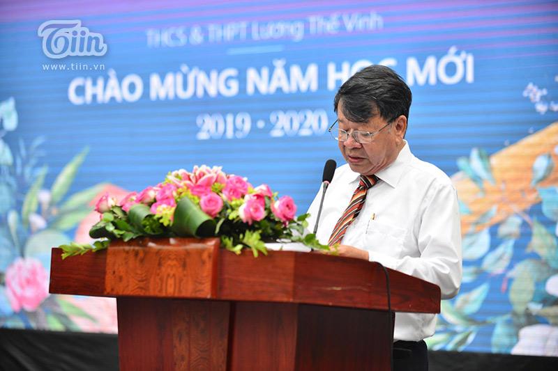 Thầy hiệu trưởng Phạm Trung Dũng đọc thư của Chủ tịch nước gửi các em học sinh ngày khai trường.