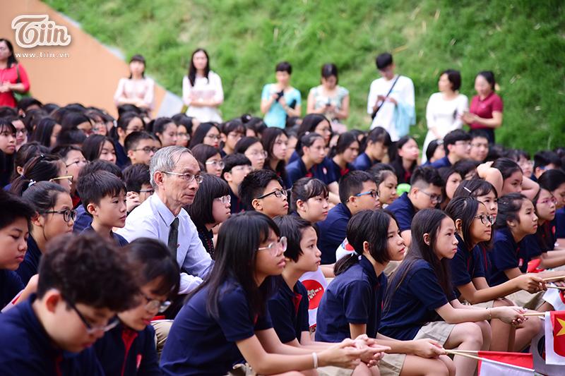 Thầy Nguyễn Xuân Khang - Hiệu trưởng nhà trường ngồi giữa các em học sinh thân yêu