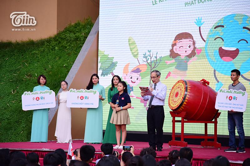 Cũng trong lễ khai giảng, cô bé Nguyễn Nguyệt Linh được thầy Khang trao tặng huy hiệu của nhà trường.