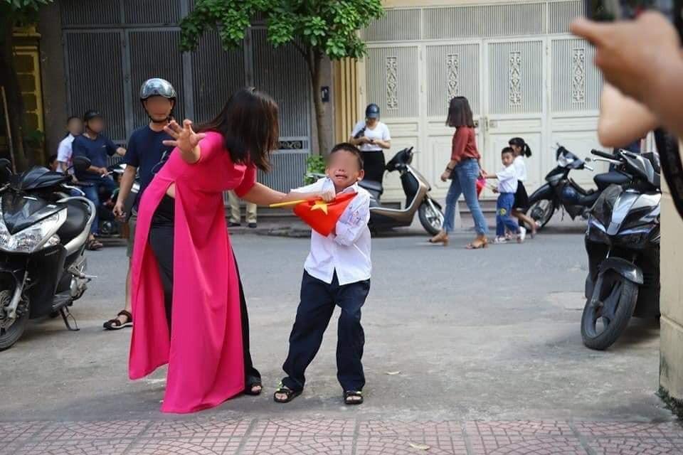 Nóng: Sự thật về bức ảnh 'Buông đôi tay em ra' của cậu bé sáng ngày khai giảng khiến dân mạng cười đau ruột 1