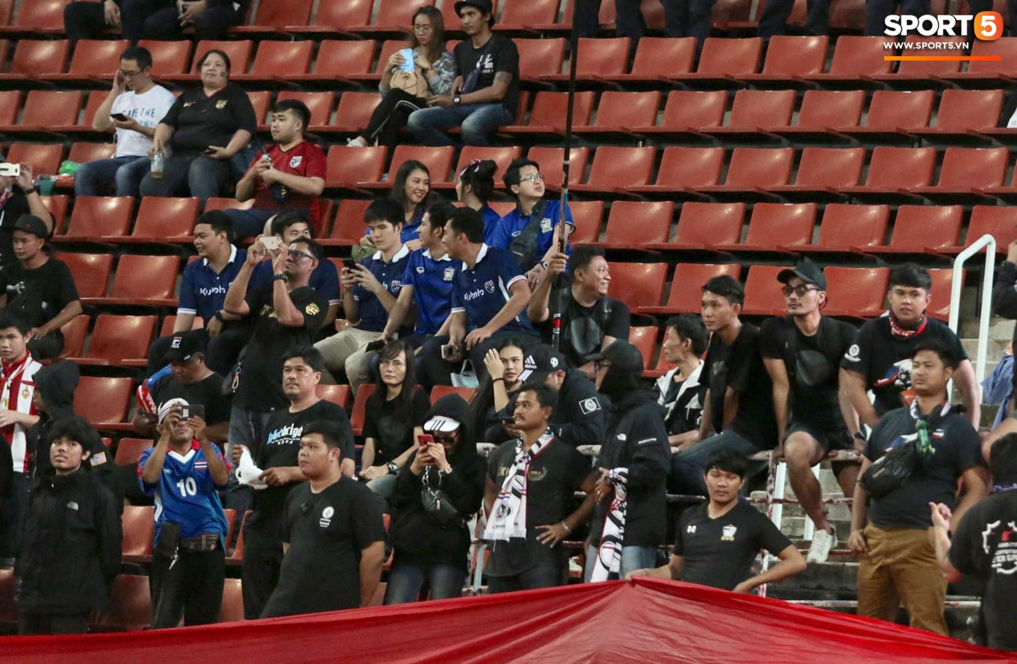 Trận đấu giữa Việt Nam và Thái Lan diễn ra tối 5/9 thu hút được sự quan tâm của người hâm mộ hai nước. Cả hai hội cổ động viên đã tạo ra bầu không khí cuồng nhiệt trên khán đài sân Thammasat từ khi trận đấu còn chưa diễn ra.