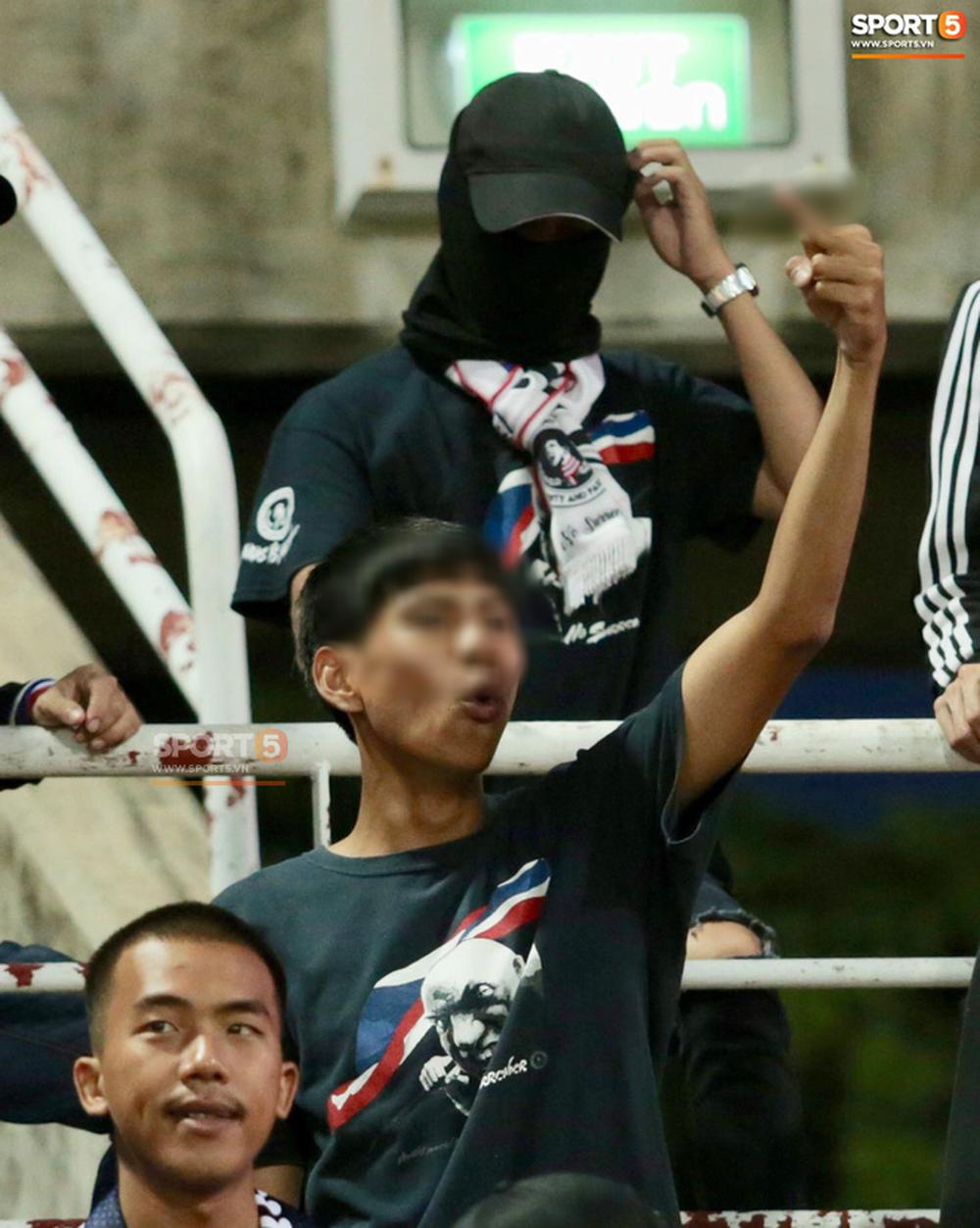 Khi điều phối viên trên sân Thammasat đọc đến tên HLV Park Hang-seo, một cổ động viên thuộc nhóm Ultras Thái Lan đã có hành động xấu xí khi giơ ngón tay thối về phía trước. Hành động này như một cách khiêu khích, phản đối và không tôn trọng vị thuyền trưởng của đội tuyển Việt Nam.