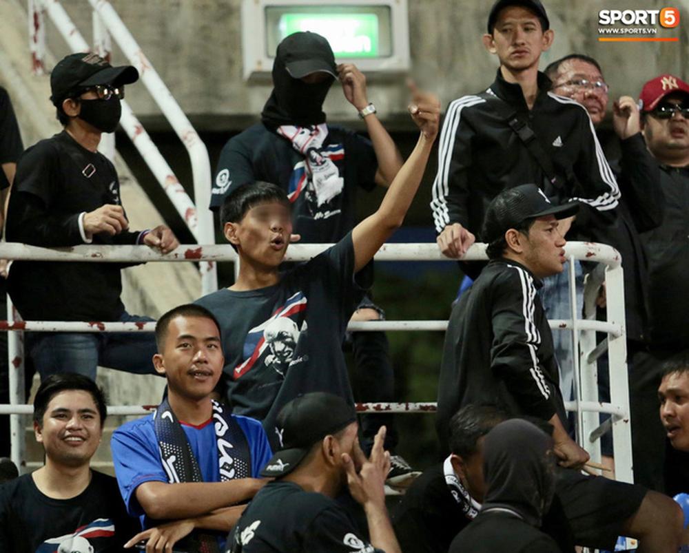 Trước đó 1 ngày, HLV Park Hang-seo từng nổi cáu và nói phóng viên Thái Lan mất lịch sự khi làm ồn trong phòng họp báo trước trận. Bên cạnh đó, ông cũng phản đối việc Liên đoàn bóng đá Thái Lan lên án việc phóng viên chụp ảnh buổi tập của đội tuyển Thái Lan.