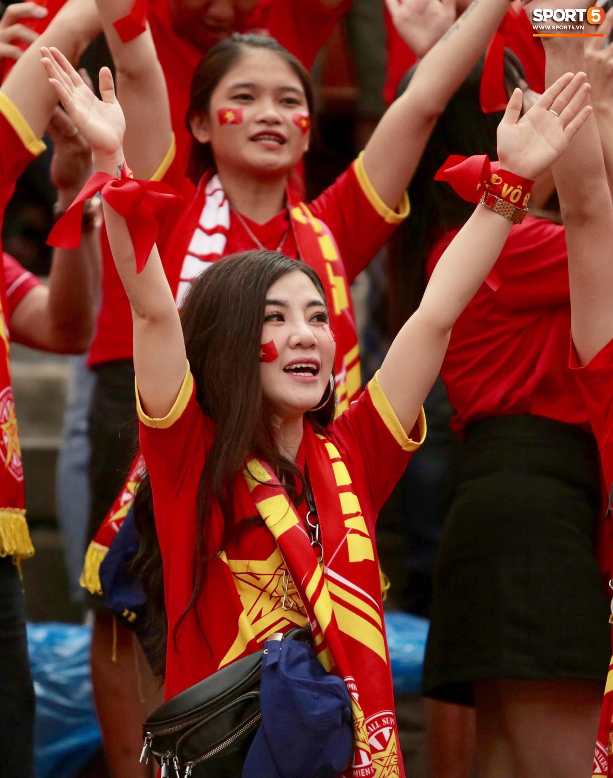 Fan Thái Lan có hành động xấu, giơ 'ngón tay thối' trên khán đài khi nghe đọc tên HLV Park Hang-seo 8