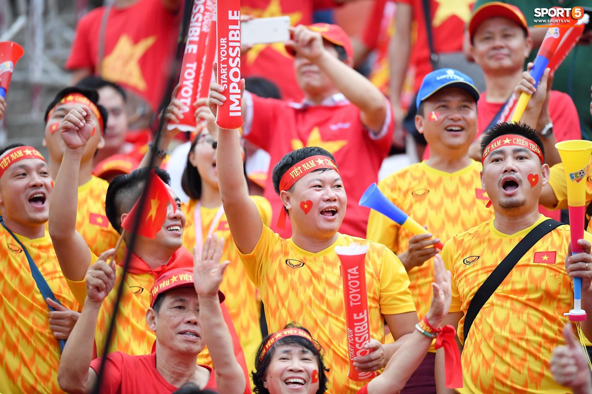 Fan Thái Lan có hành động xấu, giơ 'ngón tay thối' trên khán đài khi nghe đọc tên HLV Park Hang-seo 11