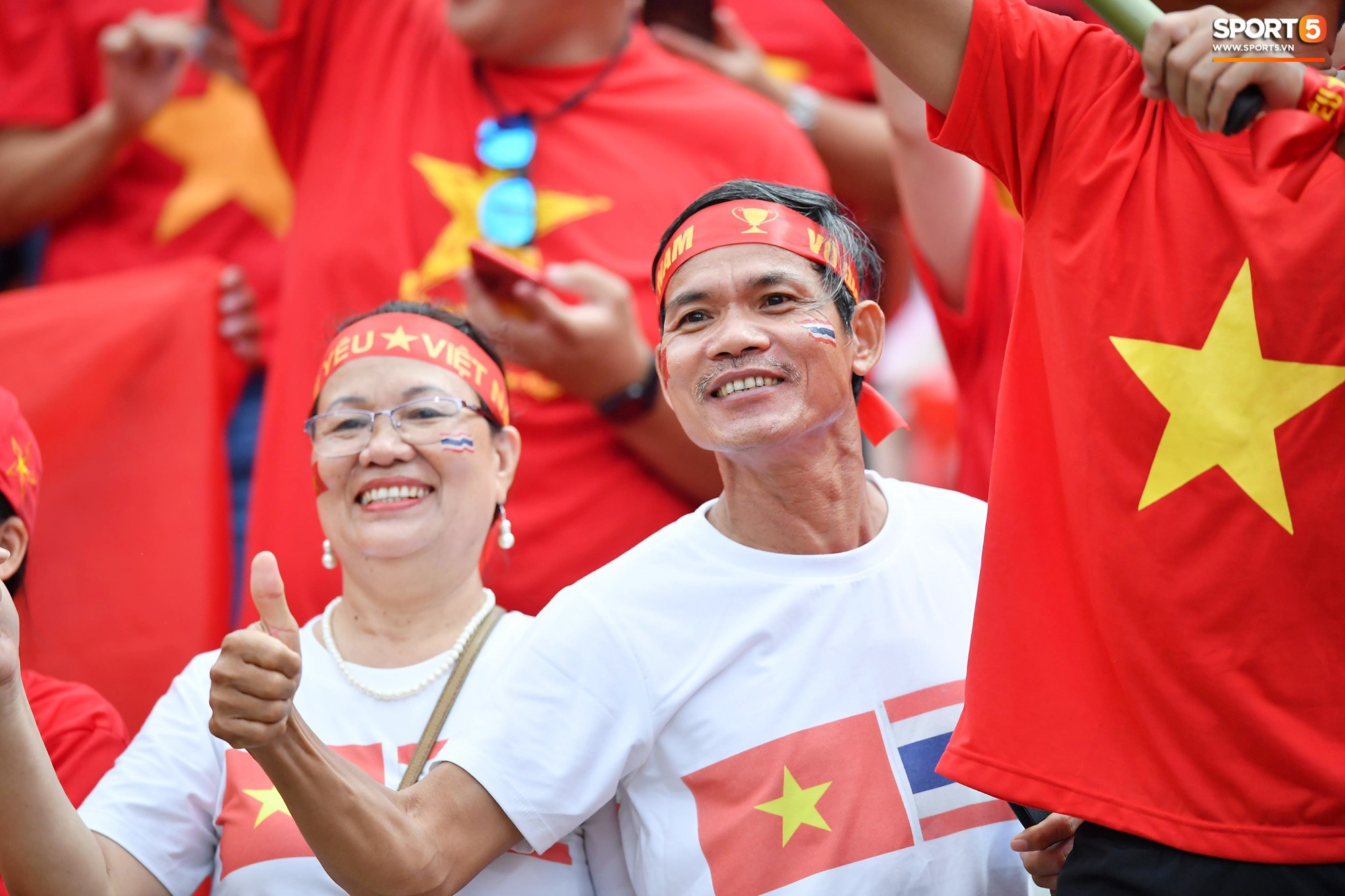 Còn đây là những hình ảnh tuyệt vời mà cổ động viên Việt Nam đã tạo ra tại Thái Lan. Điều này chẳng khác gì đem không khí của Mỹ Đình tới sân Thammasat để tiếp thêm động lực cho các cầu thủ Việt Nam.