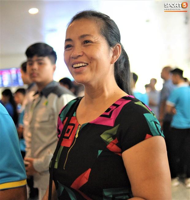 Mẹ Duy Mạnh muốn sang Thái Lan cổ vũ con trai nhưng lại lo vì không có vé xem trận đấu.