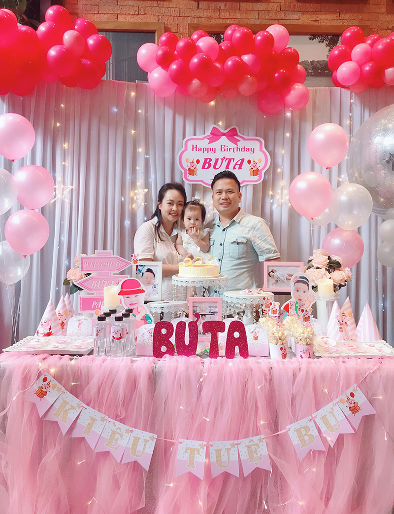 Gia đình anh Khôi trong ngày sinh nhật con gái đầu Bưta