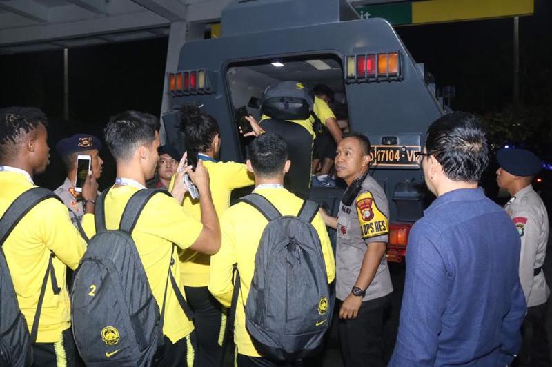 Các cầu thủ Malaysia rời 'chảo lửa' bằng xe bọc thép