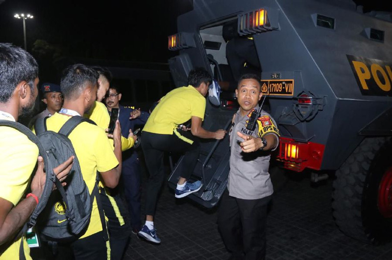 Lo sợ sự phẫn nộ của cổ động viên đội nhà, cầu thủ Malaysia sử dụng xe bọc thép để rời sân Bung Karno 3