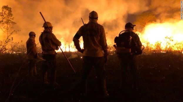 Đội lính cứu hỏa thuộc tộc người Tenharim. Nguồn: CNN