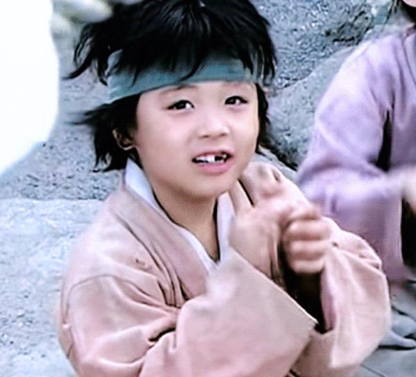 Ji Hoon đáng yêu trong một bộ phim với tạo hình cổ trang