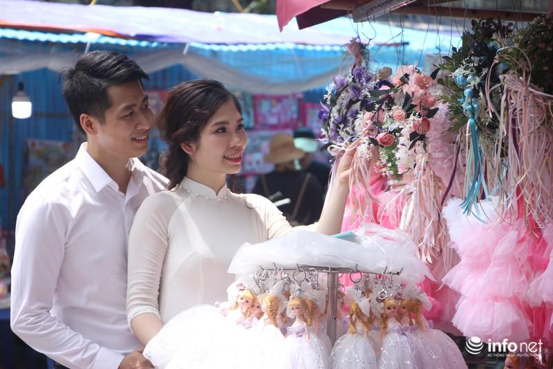 Đáng chú ý, nhiều đôi vợ chồng sắp cưới cũng đến phố Hàng mã chụp hình. Trong ảnh là đôi bạn trẻ quê ở Thạch Thất, Hà Nội.