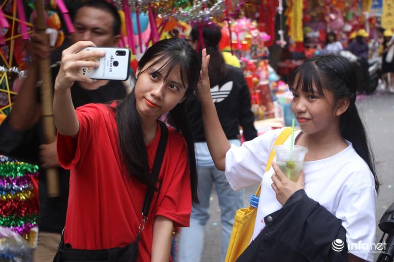 Nhiều bạn trẻ tranh thủ đến phố Hàng Mã để chụp bộ ảnh trung thu dịp này...
