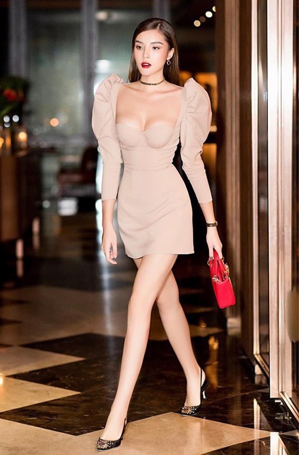 Kỳ Duyên lựa chọn một mẫu đầm màu nude với thiết kế tay phồng, ôm sát body gợi cảm. Đáng chú ý nhất chính là đôi gò hồng đào siêu quyến rũ của nàng Hậu sinh năm 1996.