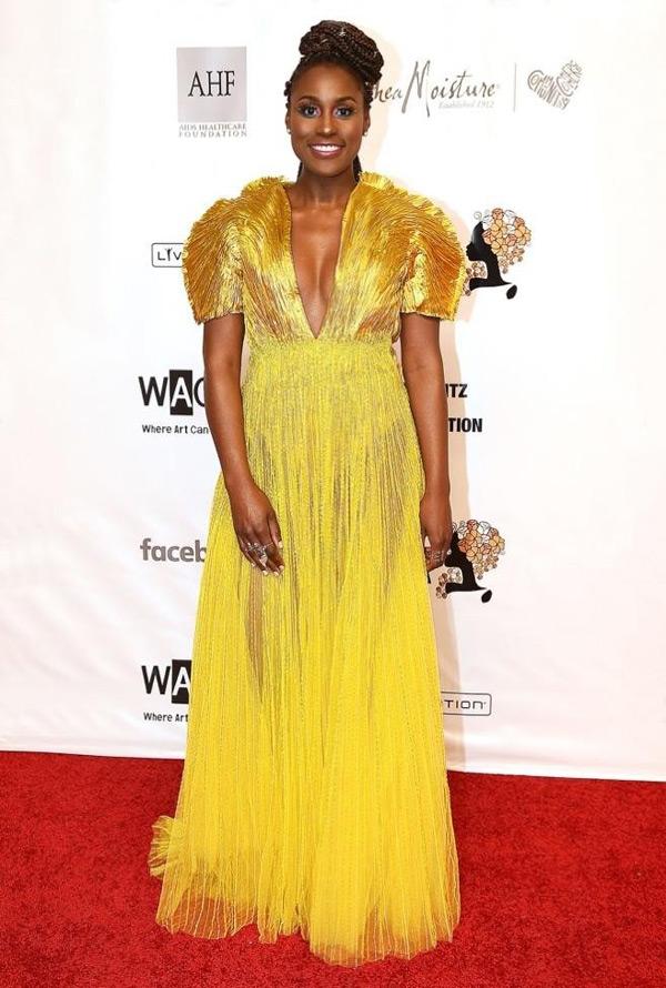 Đây là mẫu thiết kế mà Issa Rae đã được lựa chọn để đi thảm đỏ. Nữ diễn viên kết hợp cùng tóc buộc cao và trang sức sang trọng.