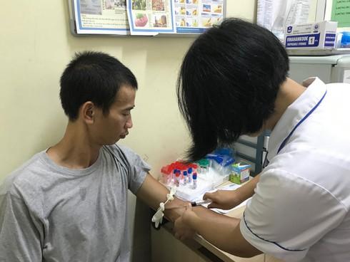 Bệnh nhân được lấy máu xét nghiệm nồng độ thủy ngân tại BV Đống Đa