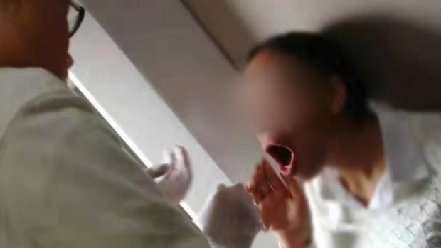 May mắn cho người phụ nữ là cùng đi với cô trên chuyến tàu đó có một bác sĩ biết cách chữa trị. Ảnh: Asia Wire