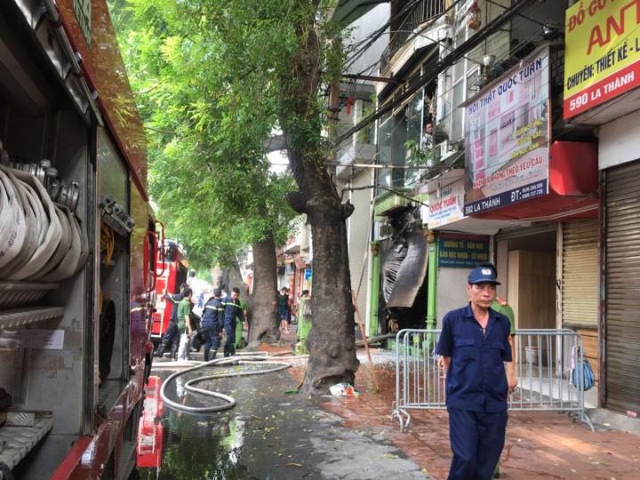 Hà Nội: Cháy cửa hàng trên phố Đê La Thành, hàng chục người nhảy xuống mái tôn nhà hàng xóm để thoát thân 0