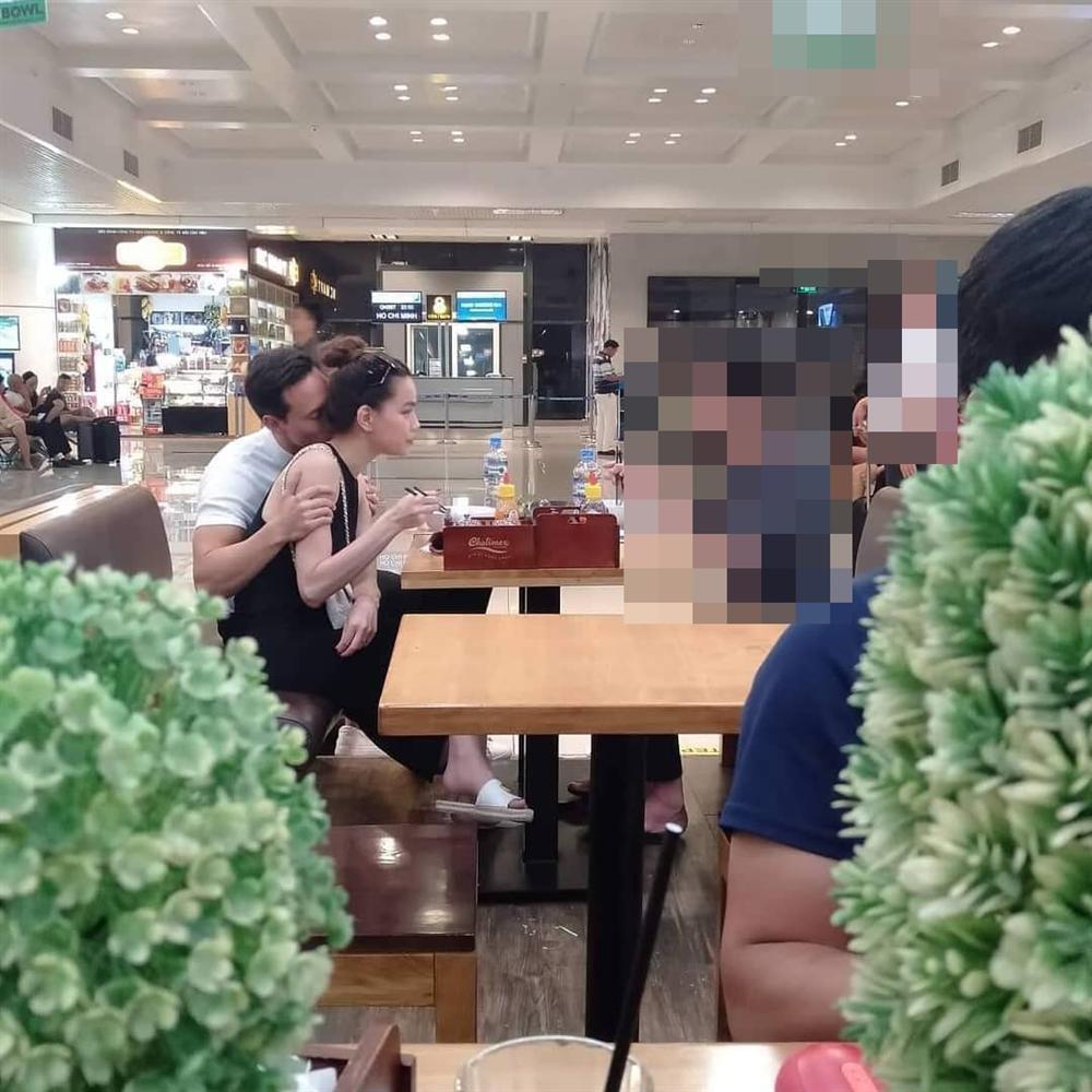 Cặp đôi ôm hôn tình tứ ngay cả khi ăn uống tại sân bay