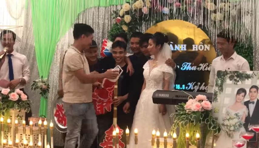Món quà cưới thời 'ông bà, bố mẹ anh' khiến quan viên 2 họ bật cười hài hước. Ảnh cắt từ clip