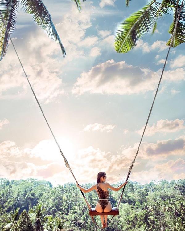 Chưa hết, người đẹp gốc Trà Vinh còn 'chơi trội' với bộ bikini họa tiết da beo khoe trọn vòng ba 'đốt mắt'.