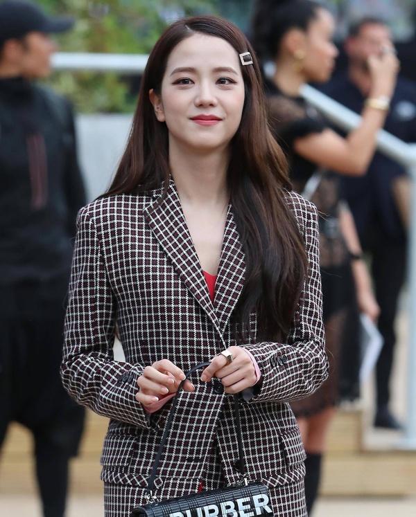 Nhằm tăng thêm sự mới mẻ, thành viên xinh đẹp nhất Black Pink cũng chọn thêm phụ kiện nho nhỏ là chiếc cặp tóc xinh xắn.