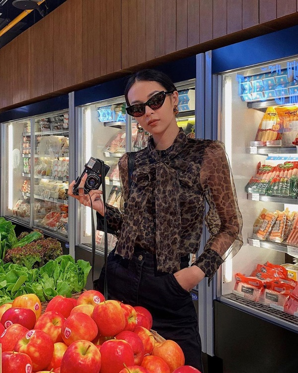 Người đẹp gốc Hà Thành khiến người hâm mộ 'rần rần' xin info mẫu áo sơ mi cách điệu với mẫu áo da beo thời thượng, đặc biệt là chất liệu voan mỏng cực sang.