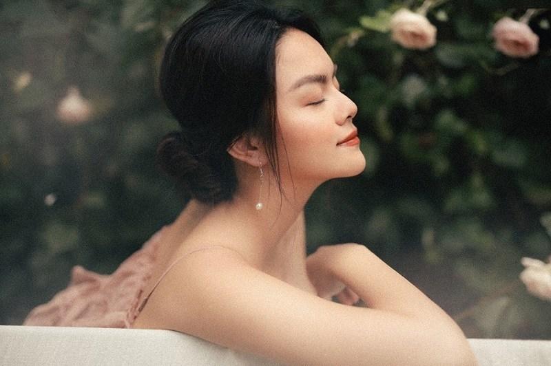 Sau ly hôn, Phạm Quỳnh Anh ngày càng xinh đẹp rực rỡ. Cô cũng dành nhiều thời gian để phát triển sự nghiệp sau quãng thời gian rút lui vào hậu trường để chăm sóc cho gia đình nhỏ.