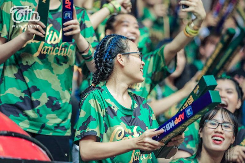 Những khán đài phủ xanh màu áo của 'Cá Basa', thậm chí người hâm mộ đội bóng này còn rất chịu chơi với những màn bắt chước kiểu đầu, màu tóc của các cầu thủ.