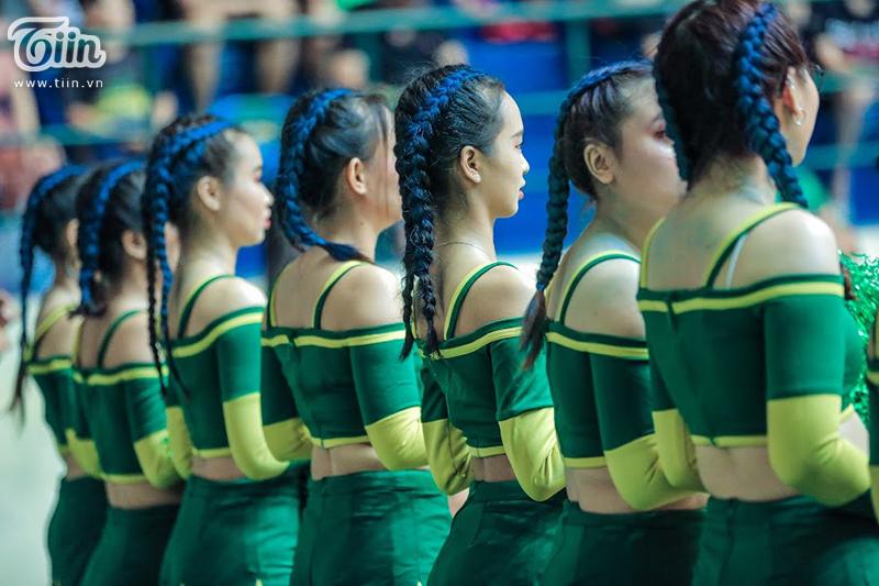 Fan hâm mộ và cheerleader 'chất chơi' tạo kiểu đầu như Tâm Đinh, Hoàng Ca để cổ vũ trong Game 3 Playoffs