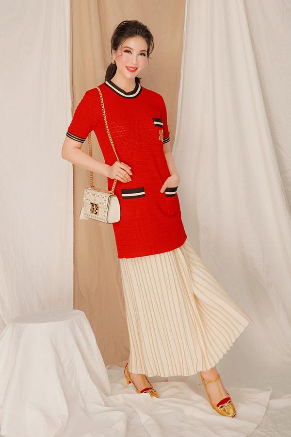 Mở đầu cho bộ ảnh mới, MC Thanh Mai rực rỡ với váy len đỏ dáng ngắn cùng chân váy trắng xếp ly của nhà mốt Gucci. Để hoàn thiện vẻ ngoài, diễn viên Tình khúc Bạch dương bổ sung loạt phụ kiện gồm túi xách và giày cùng thương hiệu.