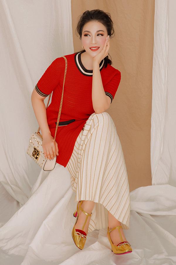 Lối trang điểm tông đỏ, đặc biệt nhấn vào má và môi, cho cảm giác gương mặt sáng bừng sức sống và cực kì xuyệt tông với trang phục.