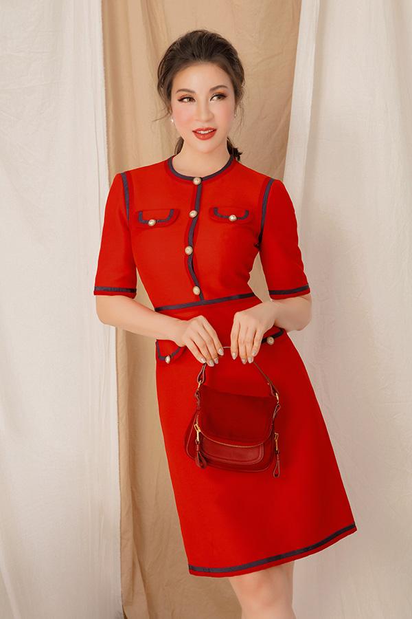 Thêm một sự lựa chọn với kiểu váy tông đỏ rực rỡ từ thương hiệu Gucci tiếp tục được lòng mỹ nhân 7x. Kiểu cổ tròn, tay lửng, phom dáng ôm nhẹ mang đến diện mạo trẻ trung nhưng không kém phần thanh lịch cho phái đẹp.