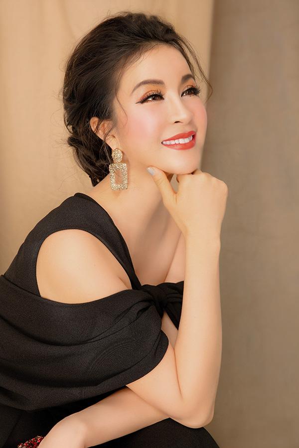 Để thu hút ánh nhìn tại sự kiện hay các buổi tiệc tối, nữ diễn viên 46 tuổi khéo léo kết hợp hoa tai và clutch lấp lánh.