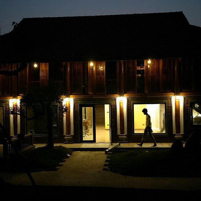 Căn nhà được xây dựng theo kiến trúc thuần Việt với mái ngói đỏ tươi, không gian mở vô cùng gần gũi với thiên nhiên.