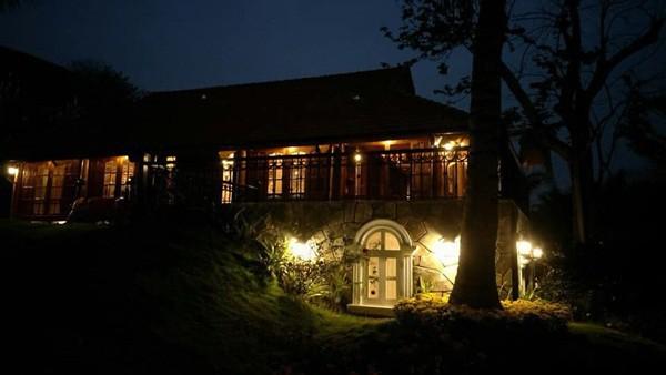 Đáng nói nhất, căn 'biệt phủ' được thiết kế 2 tầng và được xây dựng bằng gỗ, có cả tầng hầm khá độc đáo.