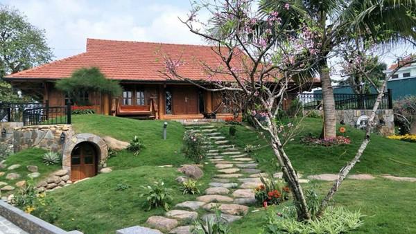 Năm 2018, khán giả từng trầm trồ thích thú khi NSƯT Xuân Bắc chia sẻ một góc vườn xum xuê dịp cận Tết. Không nhiều người biết rằng gia đình anh có 1 'biệt phủ' khá lớn tại Hà Nội.