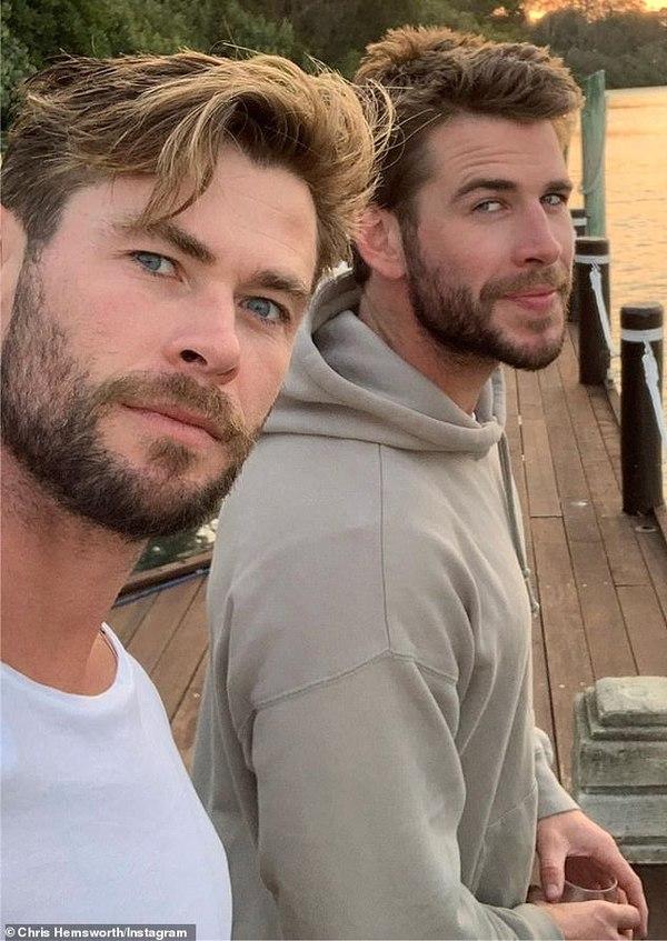 Sau khi chia tay Miley Cyrus, Liam Hemsworth về ở bên gia đình anh trai Chris Hemsowrth.