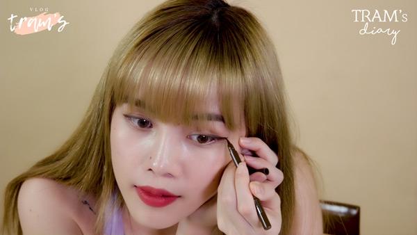 Thiều Bảo Trâm hướng dẫn 2 cách kẻ mắt 'xịn sò' trong vlog làm đẹp mới 0