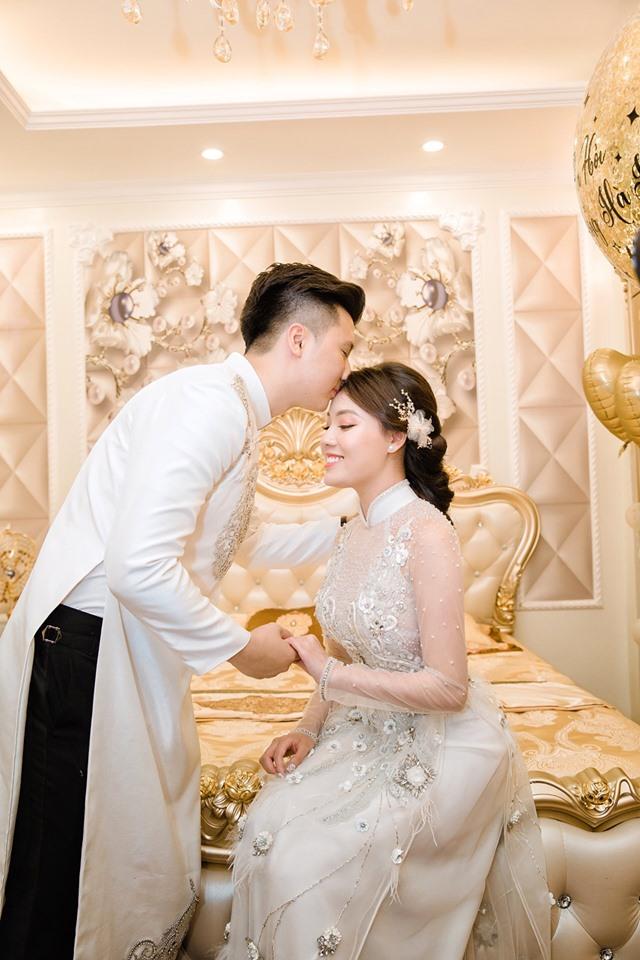 Cô dâu chú rể vô cùng rạng ngời hạnh phúc trong ngày vui của mình