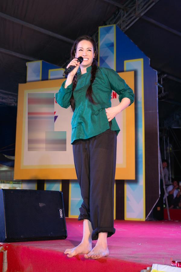 Nhật Kim Anh nhận được sự cổ vũ nhiệt tình của khán giả khi xuất hiện với hình ảnh của nhân vật Thị Bình.